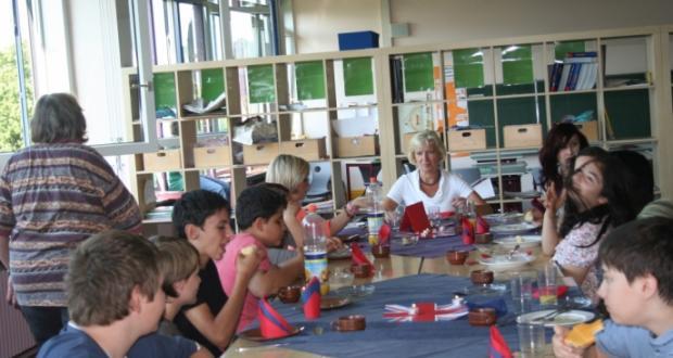 Schüler bereiten original englisches Frühstück zu
